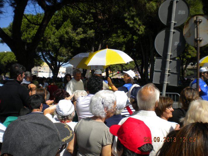 L'ombrello bianco e giallo: lì c'è Cristo! Qualcuno sta distribuendo la comunione!