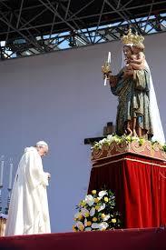 Papa Francescoai piedi della Madonna di Bonaria