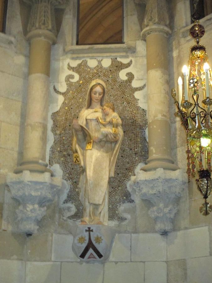 Madonna che si trova nella cripta della Sagrada. Sorveglia e protegge la tomba di Gaudì