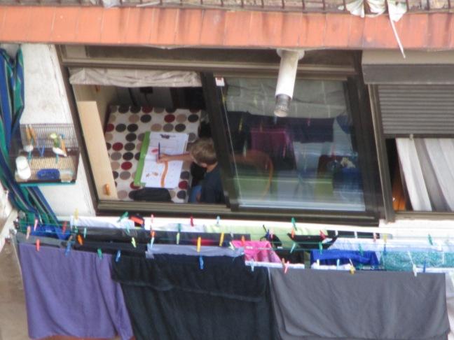 Bambino barcellonese beccato a fare i compiti dalla finestra dell'albergo!