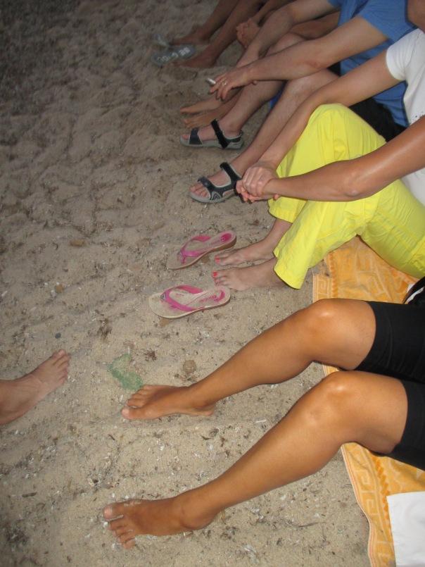 Piedi a riposo in attesa della processione a mare e dei fuochi d'artificio di Ferragosto