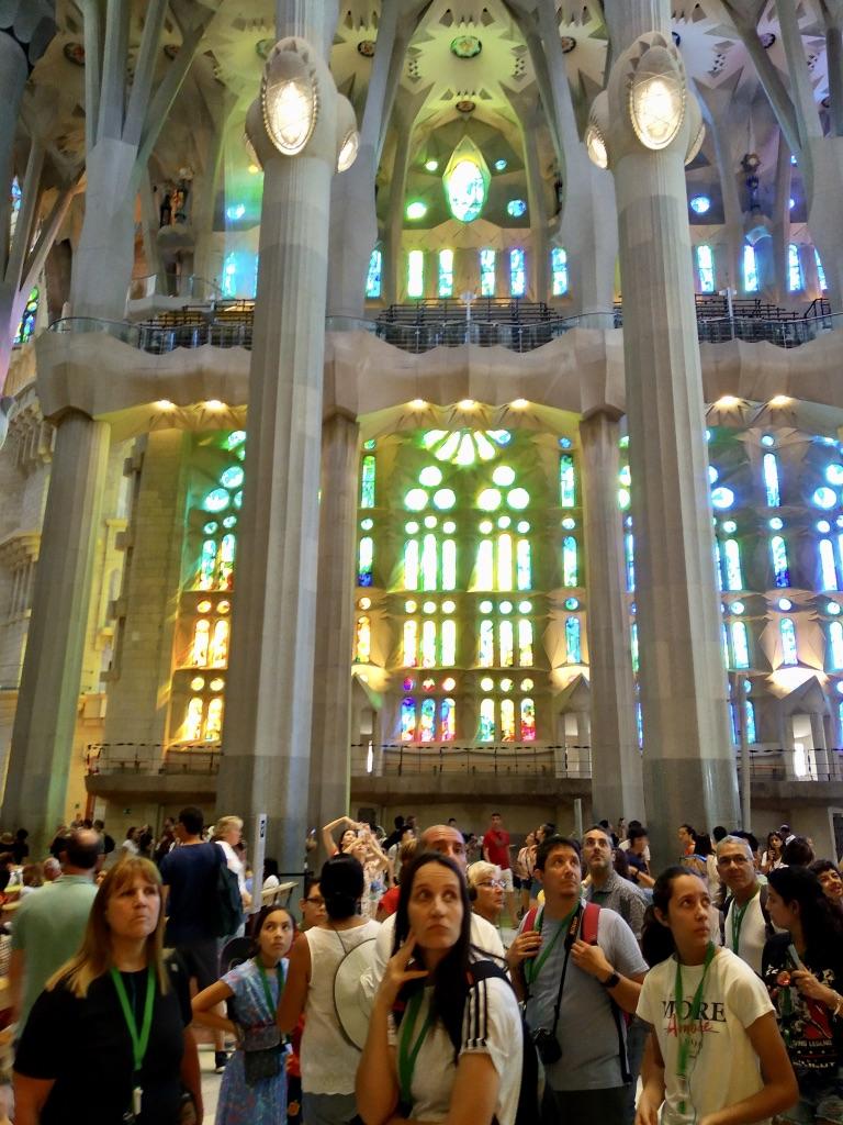 Lo stupore dei visitatori all'interno della Sagrada Famiglia