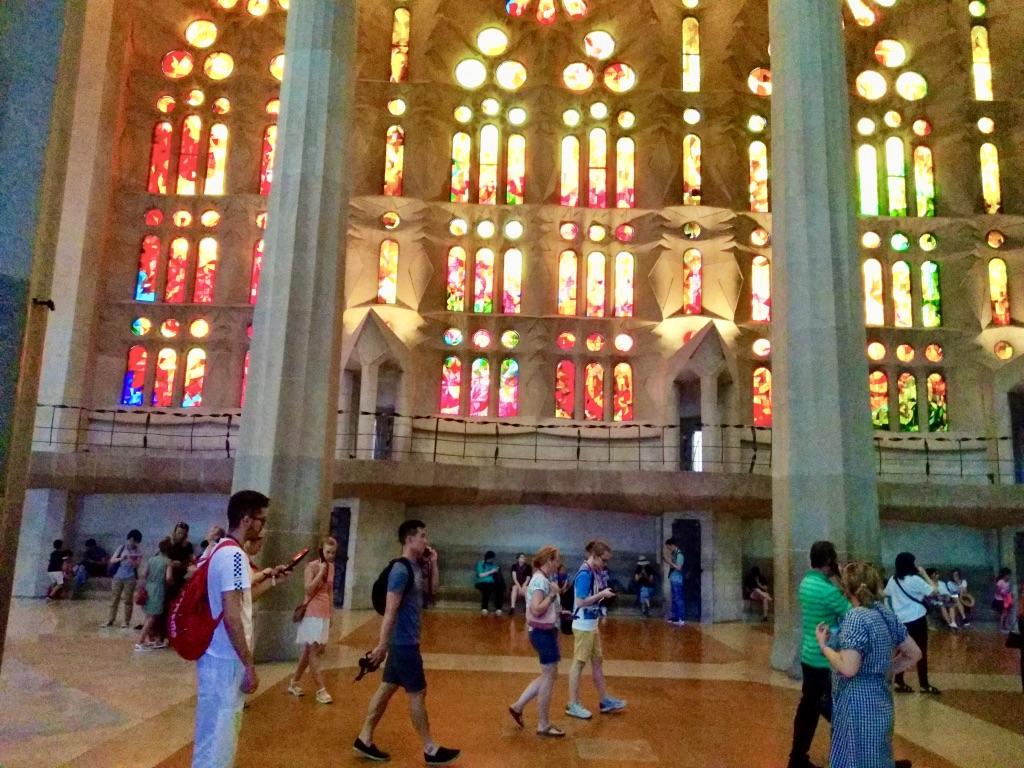 Sagrada Famiglia la meravigliosa luce che arriva dalle vetrate lato della Natività