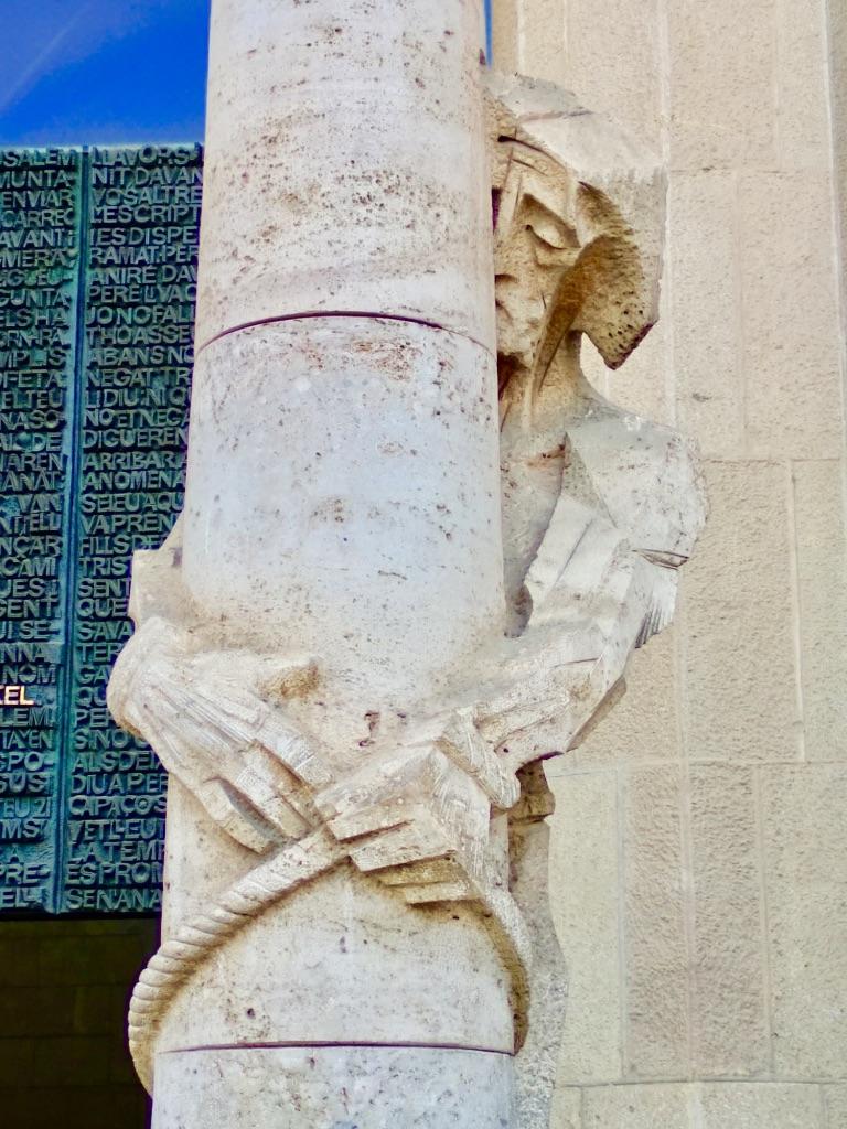 Sagrada Familia: Facciata della Passione: La flagellazione di Cristo