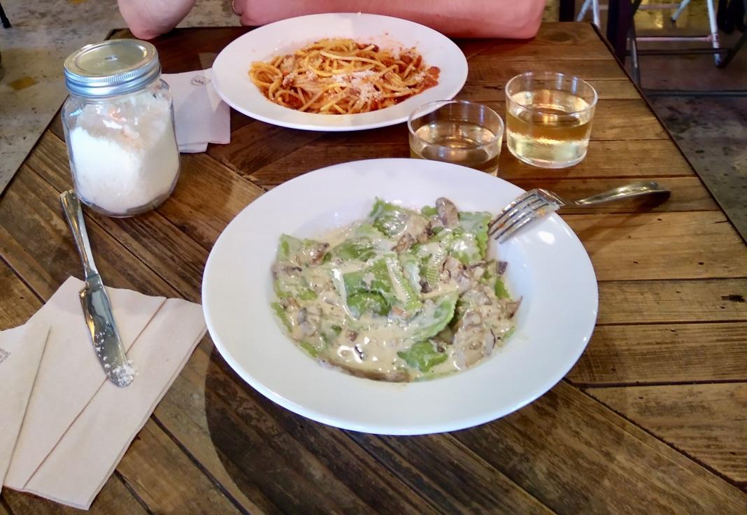 Macchina Pasta Bar Barcellona_ Spaghetti al ragù, Ravioli di spinaci con sugo ai funghi